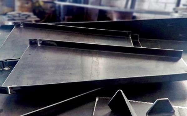 Corte e dobra de aço carbono